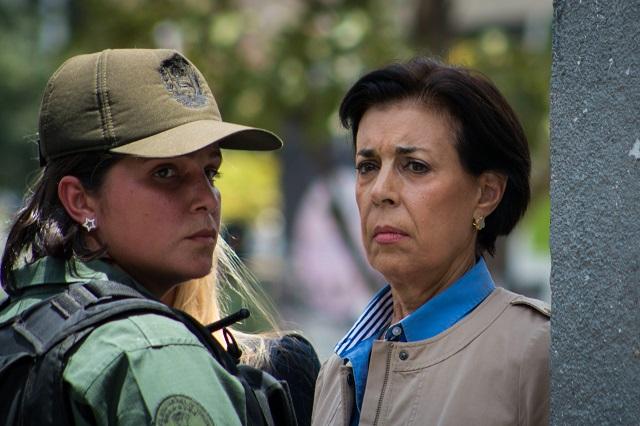 VEN50 - CARACAS (VENEZUELA), 10/9/2015.- Antonieta Mendoza (d), madre del dirigente opositor Leopoldo López, llega hoy, jueves 10 de septiembre de 2015, al palacio de Justicia donde se espera que se dicte sentencia en el caso que se sigue contra su hijo por hechos relacionados con las protestas antigubernamentales de 2014 en Caracas (Venezuela). Lilian Tintori, esposa de López denunció hoy agresiones durante su acceso al lugar por parte de seguidores que comenzaron a lanzar hacia donde se encontraba botellas de agua y palos de banderas. EFE/ FABIOLA FERRERO