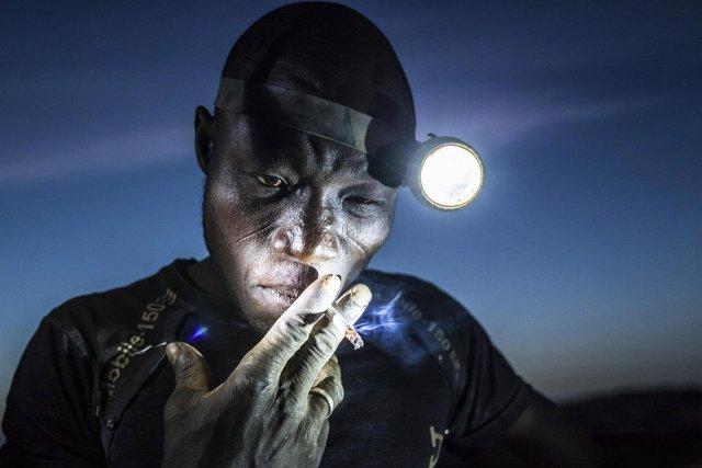 """Segundo premio de la categoría """"Gente"""", Matjaz Krivic. Los mineros en Bani se enfrentan a duras condiciones y la exposición a productos químicos tóxicos y metales pesados"""