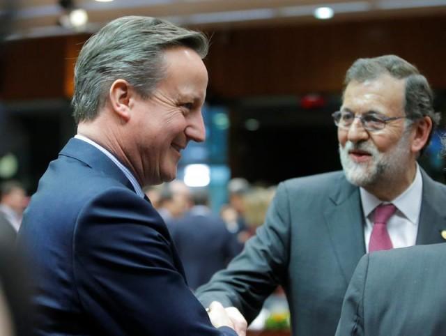 El primer ministro británico, David Cameron (i), y el presidente del gobierno español en funciones, Mariano Rajoy (d), conversan al inicio de la cumbre de líderes de la Unión Europea (UE) en Bruselas, Bélgica, el 18 de febrero de 2016. EFE