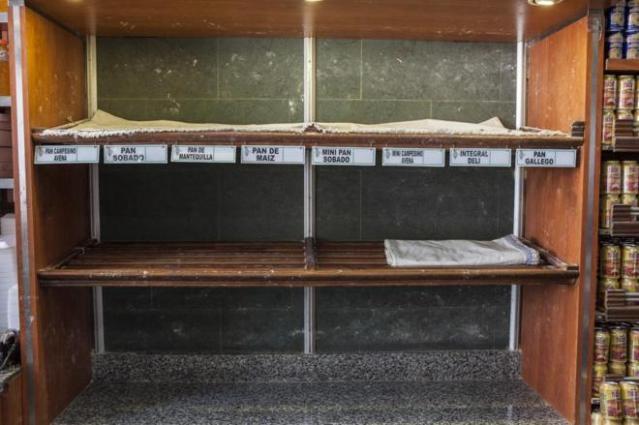 Estantería vacía en una panadería de Caracas. VLADIMIR MARCANO