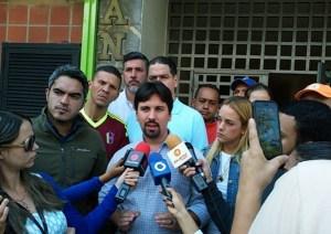 Dirigentes opositores respaldaron a vecinos de edificio en Bello Monte por valla de López (Fotos)