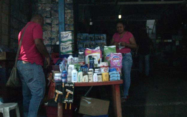 Maracaibo Venezuela 03/03/2016 Recorrido por las púlga donde se vende productos regulados con un costo elevado