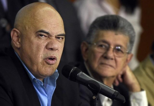 El secretario ejecutivo de la Unidad, Jesús Chuo Torrealba y el presidente de la AN, Henry Ramos Allup (Foto AFP / JUAN BARRETO)