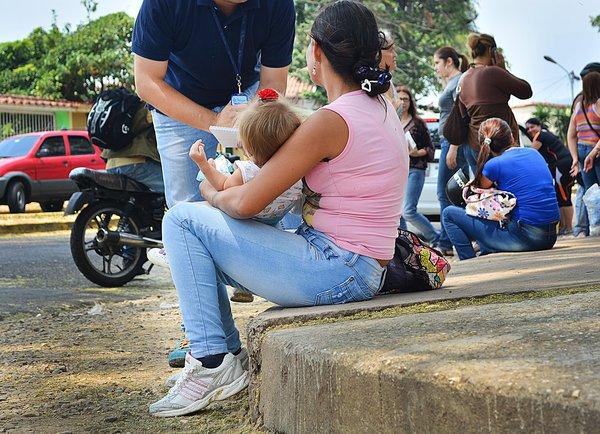 Madres con bebés de brazos tienen que llevarse a casa los pañales sucios. (Foto/Jhovan Valdivia)