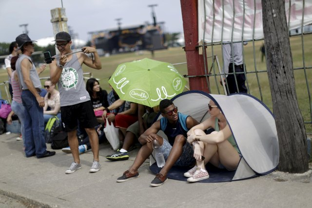 Fans wait outside Ciudad Deportiva de la Habana sports complex where the Rolling Stones' free outdoor concert will take place today in Havana, March 25, 2016. REUTERS/Ueslei Marcelino