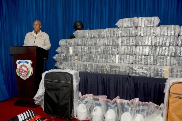 Las autoridades de la Dirección Nacional de Control de Drogas de RD muestran el alijo de drogas en rueda de prensa / Foto DNCD