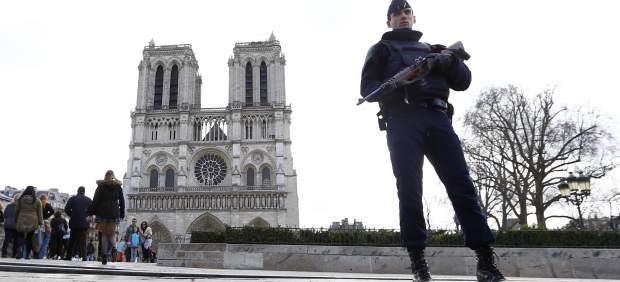 Un agente de la Policía francesa vigila las inmediaciones de Notre Dame. Foto: GTRES/Archivo