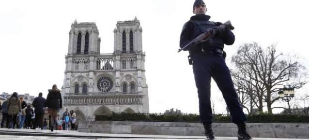 Un agente de la Policía francesa vigila las inmediaciones de Notre Dame. Foto: GTRES