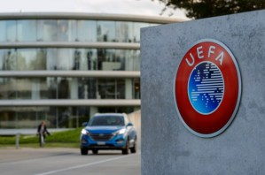 """En nueva repercusión de los """"Panamá Papers"""", la policía registra sede de la UEFA"""