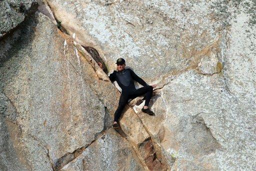 En esta imagen proporcionada por Bob Isenberg, Michael Banks aparece varado a una altura de unos 80 pies en Morro Rock, en Morro Bay, California, el 7 de abril de 2016. (Bob Isenberg via AP)