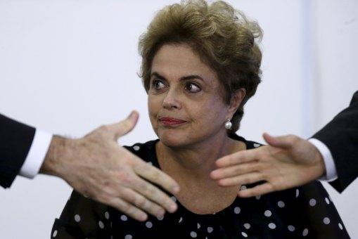 La presidenta de Brasil, Dilma Rousseff, observa durante una ceremonia en el Palacio de Planalto en Brasilia. 13 de abril de 2016. Rousseff prometió el miércoles formar un Gobierno de unidad nacional si sobrevive a una votación de juicio político el fin de semana en el Congreso, pero las posibilidades en su contra aumentaron debido a que el respaldo de los aliados que le quedaban comenzó a menguar.REUTERS/Ueslei Marcelino