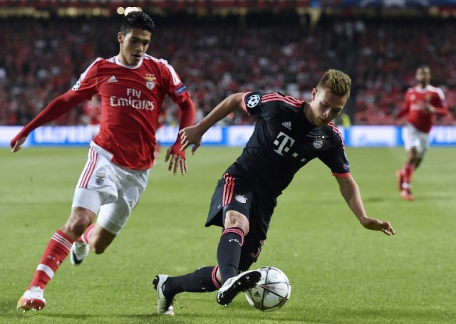 Benfica's Mexican forward Raul Jimenez (L) vies with Bayern Munich's defender Joshua Kimmich during the Champions League quarter-final second leg football match SL Benfica vs Bayern Munchen at the Luz stadium in Lisbon on April 13, 2016. / AFP PHOTO / FRANCISCO LEONG
