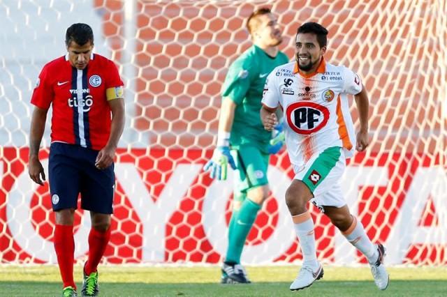 El jugador de Cobresal Lino Maldonado (d) celebra su gol frente Cerro Porteño hoy, miércoles 13 de abril de 2016, durante un partido de la Copa Libertadores en el estadio El Cobre de El Salvador (Chile). EFE