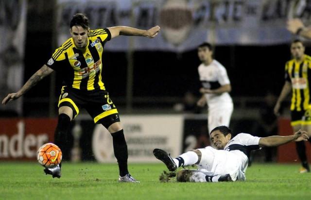El jugador Daniel Febles (i), del Deportivo Táchira de Venezuela disputa el balón con Wilson Pittoni del Olimpia de Paraguay el miércoles 13 de abril de 2016, durante el juego disputado en el estadio Manuel Ferreira de Asunción (Paraguay). EFE