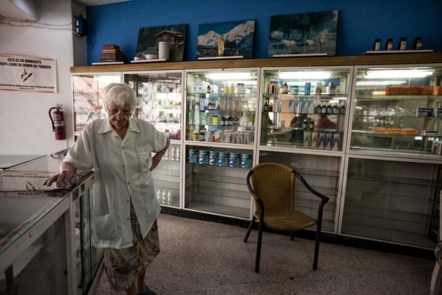 """ACOMPAÑA CRÓNICA: VENEZUELA SALUD CAR36. CARACAS (VENEZUELA), 14/04/2016.- Fotografía donde se ve a María Gorostiza una de las encargadas de la farmacia """"San Vicente"""" este, jueves 14 de abril del 2016, en la ciudad de Caracas (Venezuela). La escasez de medicamentos en Venezuela sigue siendo una tragedia visible en farmacias y hospitales, semanas después de que el Parlamento declarara una """"crisis humanitaria de salud"""" que, entre otros cosas, se estaría manifestando en la falta de disponibilidad de 872 fármacos esenciales. EFE/MIGUEL GUTIÉRREZ"""