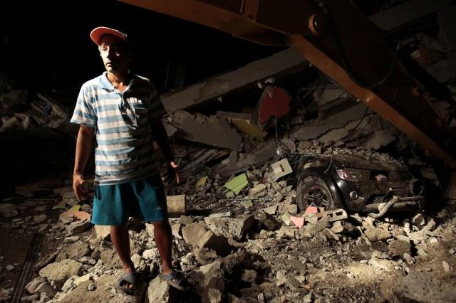 """GRA074. PEDERNALES (ECUADOR) 17/04/2016.- Un hombre junto a los escombros de viviendas de Pedernales (Ecuador), hoy 17 de abril de 2016, tras el terremoto de 7,8 grados en la escala de Richter registrado el sábado en la costa norte de Ecuador. Según el vicepresidente ecuatoriano, Jorge Glas, la situación es particularmente """"compleja"""" en el balneario costero de Pedernales, en la zona del epicentro, donde a los equipos de rescate y asistencia les está siendo difícil llegar. En la zona del desastre, los pobladores de Manta, Portoviejo, Pedernales y otras localidades afectadas buscaron refugio, pues en las horas posteriores al movimiento telúrico se produjeron al menos 60 réplicas con magnitudes entre 2,6 y 5,6, según el Instituto Geofísico, que localizó el epicentro a 20 kilómetros de profundidad. EFE/José Jácome"""