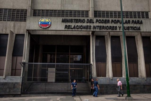 CAR01. CARACAS (VENEZUELA) 15/04/2016.- Fotografía del edifico del Ministerio de Relaciones Interiores y Justicia cerrado hoy, viernes 15 de abril de 2016, como parte de las medidas del gobierno del presidente de Venezuela Nicolás Maduro para atender la emergencia eléctrica, en Caracas (Venezuela). Maduro anunció nuevas medidas como cambio del huso horario venezolano, sanciones a algunos centros comerciales y que los trabajadores públicos no trabajaran los días viernes para hacer un aporte adicional al ahorro eléctrico. EFE/MIGUEL GUTIÉRREZ