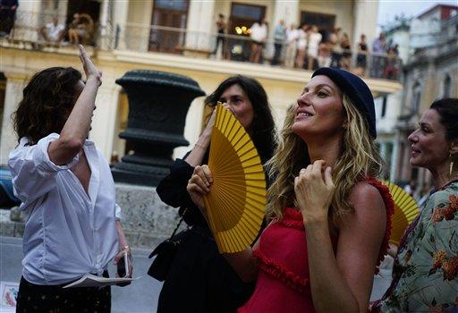 """La modelo brasileña Gisele Bundchen, segunda por la derecha, asiste a la presentación de la colección """"cruise"""" del diseñador de moda Karl Lagerfeld para la casa Chanel, en el Paseo del Prado de La Habana, el martes 3 de mayo de 2016. (AP Foto/Ramon Espinosa)"""