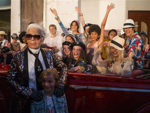"""El diseñador de moda Karl Lagerfeld, a la izquierda, posa con las modelos que participaron en la presentación de su colección """"cruise"""" para la casa de moda Chanel, en el Paseo del Prado de La Habana, el martes 3 de mayo de 2016. (AP Foto/Ramon Espinosa)"""