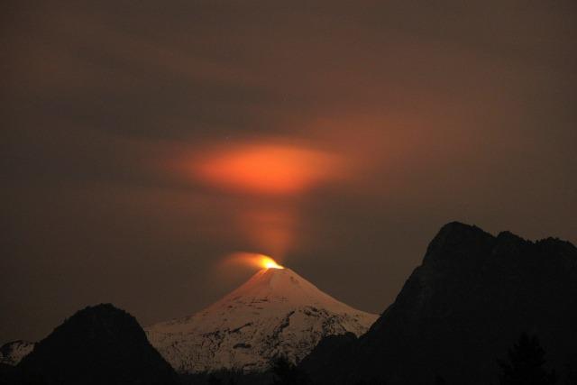 Volcán Villarrica es visto por la noche en Pucón, Chile, 3 de mayo de 2016. REUTERS / Cristóbal Saavedra