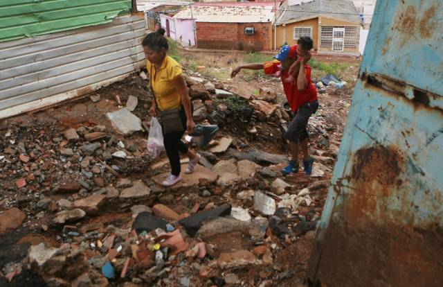 Dos venezolanos entre escombros en Maracaibo. HUMBERTO MATHEUS
