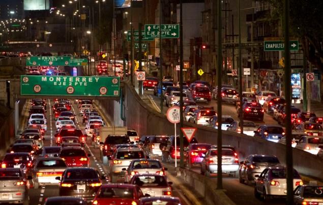 En esta fotografía de archivo del 30 de marzo de 2016, los automóviles avanzan lentamente en el tránsito de la hora pico en la Ciudad de México. Bajo las normas que entraron en vigor el martes 5 de abril de 2016, y con la ciudad encaminándose a un segundo día de un alerta por contaminación, las autoridades ordenaron que el 40% de los automóviles no salgan a la calle el miércoles. La prohibición abarca a 2 millones de vehículos en el área metropolitana, que tiene unos 20 millones de habitantes. (Foto AP/Rebecca Blackwell, archivo)