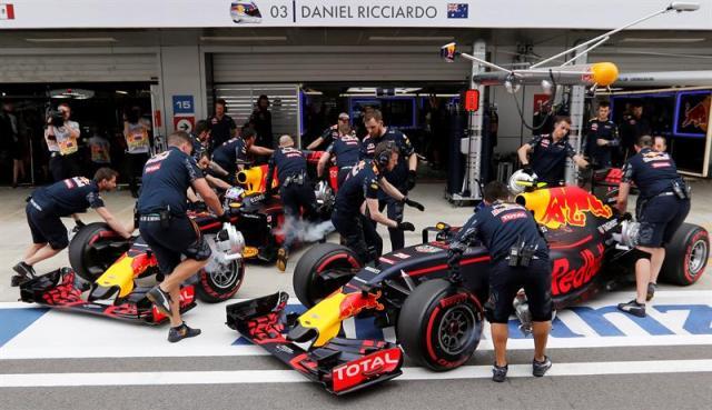 Los pilotos de la escudería Red Bull en pits durante el pasado GP de Rusia. Foto: EFE