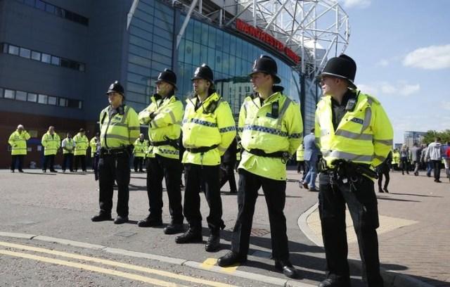 Imagen general de la policía fuera del estadio Old Trafford tras su evacuación por un paquete sospechoso. Un paquete sospecho destruido por un equipo de desactivación de bombas tras la evacuación el domingo del estadio del Manchester United resultó ser un dispositivo dejado accidentalmente después de un ejercicio de entrenamiento, dijo la policía. Reuters / Andrew Yates Livepic SÓLO PARA USO EDITORIAL.