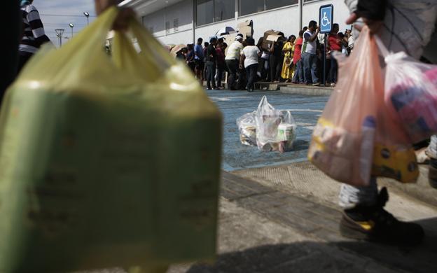 Maracaibo, Venezuela, 18/01/2015. La manana de este domingo continuan largas colas a las afueras de algunos supermercados en Maracaibo para la compra de alimentos. En la foto: Los compradores esperan durante horas para la comprar de alimentos.