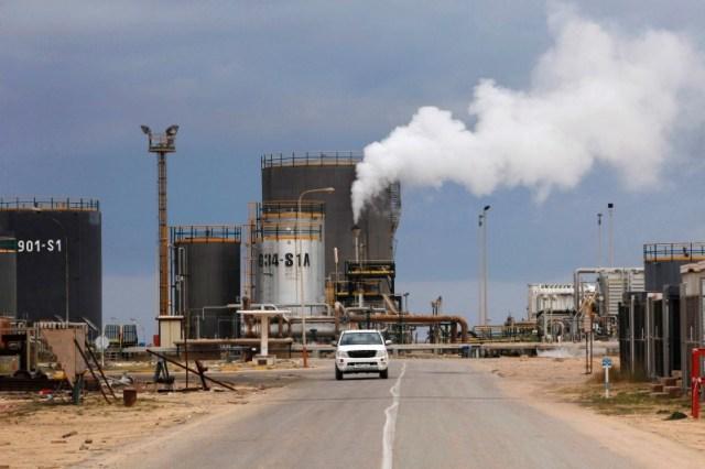 Una refinería de petróleo en Zawiai, al oeste de Tripoli, Libia / REUTERS/Ismail Zitouny/File Photo