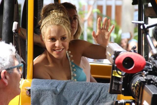"""BQA23. BARRANQUILLA (COLOMBIA), 20/05/2016.- La cantante colombiana Shakira saluda durante la realización del vídeo de la canción """"La bicicleta"""" hoy, viernes 20 de mayo de 2016, en Barranquilla (Colombia). En el vídeo, Shakira actúa con su compatriota Carlos Vives. EFE/STR"""