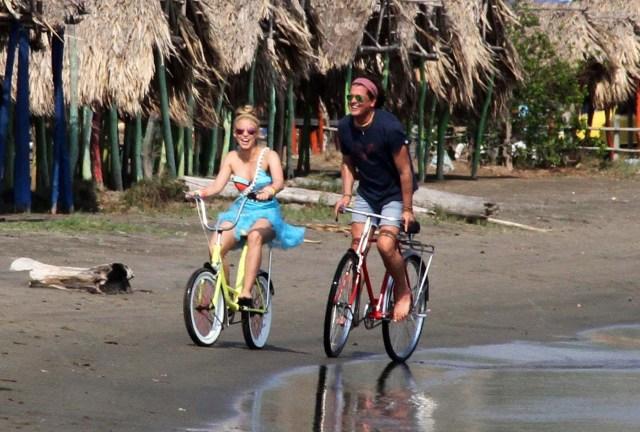 """BQA28. BARRANQUILLA (COLOMBIA), 20/05/2016.- Fotografía del 19 de mayo de 2016 donde se ve a los cantantes colombianos Shakira (i) y Carlos Vives durante la realización del vídeo de la canción """"La bicicleta"""" en Barranquilla (Colombia). EFE/STR"""