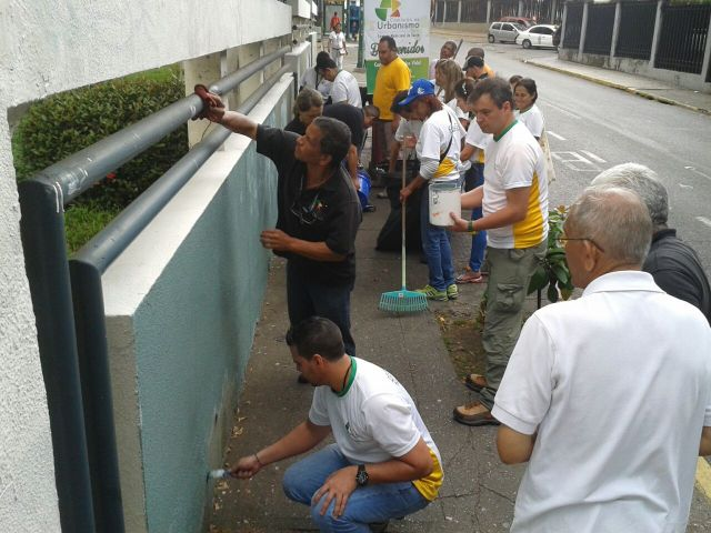 Equipo de Urbanismo pintando pared en la Sanz II