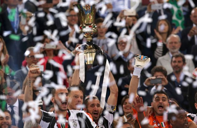Football Soccer - Juventus v Milan - Italian Cup Final - Olympic stadium, Rome, Italy - 21/05/16 Juventus' players celebrate with the cup at the end of their match against AC Milan. REUTERS/Alessandro Bianchi