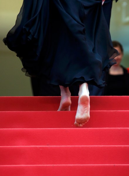 """Cast member Julia Roberts walks on the red carpet as she arrives for the screening of the film """"Money Monster"""" out of competition during the 69th Cannes Film Festival in Cannes, France, May 12, 2016. REUTERS/Jean-Paul Pelissier"""
