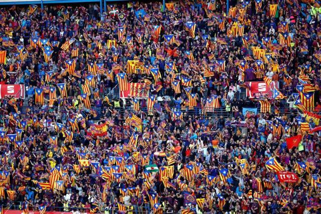 La afición del FC Barcelona en las gradas del estadio Vicente Calderón, en Madrid, donde esta noche se disputa la final de la Copa del Rey entre el Sevilla FC y el FC Barcelona. EFE