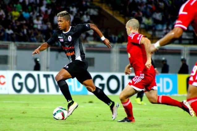 Luis Ovalle disputa el balón con el Caracas FC. Foto: Prensa Zamora FC