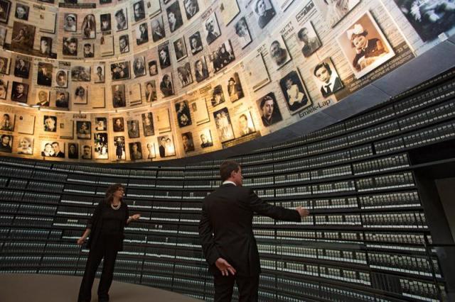 El primer ministro francés, Manuel Valls (d), contempla los retratos de las víctimas durante su visita al Sala de los Nombres del Museo del Holocausto de Yad Vashem en Jerusalén, Israel, hoy, 23 de mayo de 2016. Valls realiza una visita oficial de tres días al país. EFE/EFE/Heidi Levine / Pool