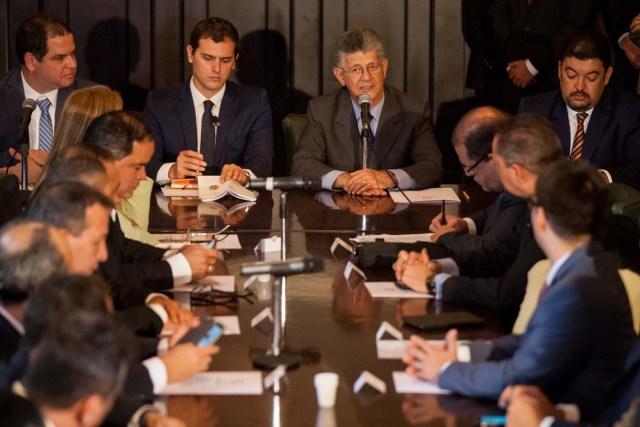 El líder del partido español Ciudadanos Albert Rivera asiste a una sesión especial de la Comisión de Política Interior del la Asamblea Nacional venezolana (AN, Parlamento) junto al presidente de la AN Henry Ramos Allup (Foto EFE/MIGUEL GUTIÉRREZ)