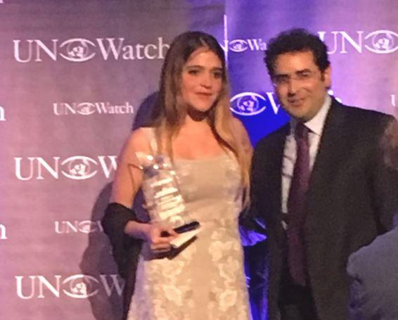 Antonietta Ledezma Capriles, al momento de recibir el premio