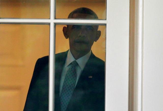 Presidente EE.UU. Barack Obama camina hacia fuera de la Oficina Oval de la Casa Blanca en Washington, EE.UU., antes de su partida a Elkhart, Indiana, 1 de junio de 2016. REUTERS / Yuri Gripas