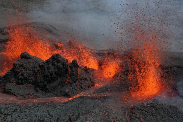 Una imagen tomada el 26 de mayo de 2016 la isla francesa de La Reunión muestra de lava durante la erupción del volcán Piton de la Fournaise, en una zona unhabitated. La última erupción del Piton de la Fournaise de ocurrió el 30 de octubre de 2015. RICHARD BOUHET / AFP