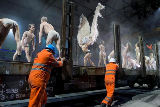 Vista del espectáculo musical por las vías del tren durante la inauguración del inaugurado túnel ferroviario de San Gotardo, el más y más profundo del mundo, en Pollegio, Suiza hoy 1 de junio de 2016. El nuevo túnel ferroviario de base de San Gotardo, ubicado en el sur de Suiza, se inaugura hoy para batir dos récords simultáneamente: el de más largo y de más profundo del mundo. EFE/Alexandra Wey
