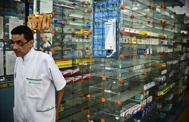Los estantes de las farmacias continúan vacíos (Foto archivo)