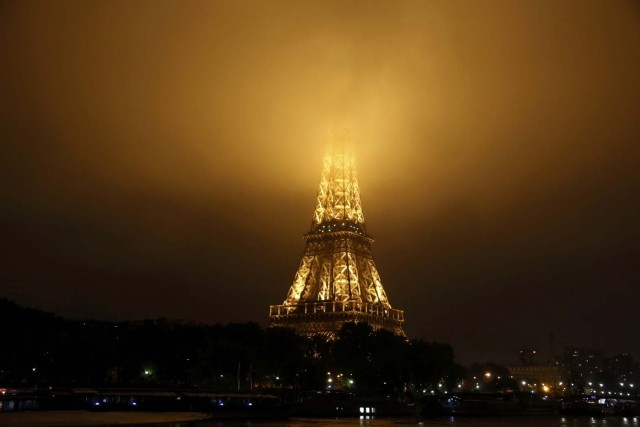 Fog covers the top of the Eiffel Tower as rainy weather continues in Paris, France, June 2, 2016.  REUTERS/Jacky Naegelen
