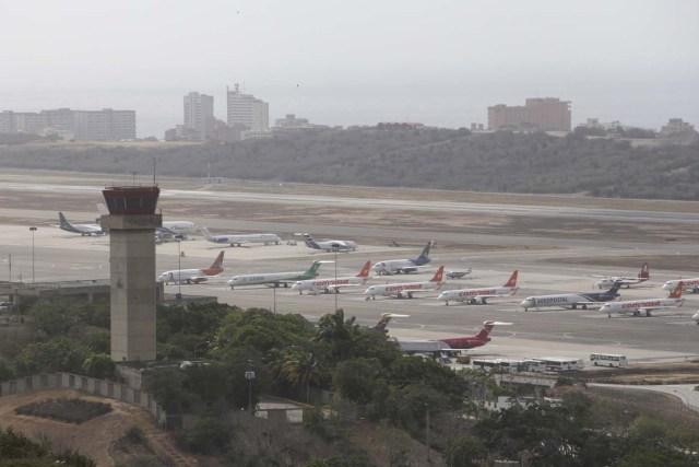 """CAR01. MAIQUETÍA (VENEZUELA), 31/05/2016.- Fotografía panorámica del Aeropuerto Internacional Simón Bolívar hoy, martes 31 de mayo de 2016, en Maiquetía (Venezuela). La aerolínea alemana Lufthansa informó hoy que lamenta """"profundamente"""" suspender sus servicios de Caracas a Fráncfort a partir del próximo 18 de junio debido a la imposibilidad de cambiar sus ganancias a dólares estadounidenses y a la baja en la demanda de vuelos, entre otras razones. EFE/Christian Hernández"""