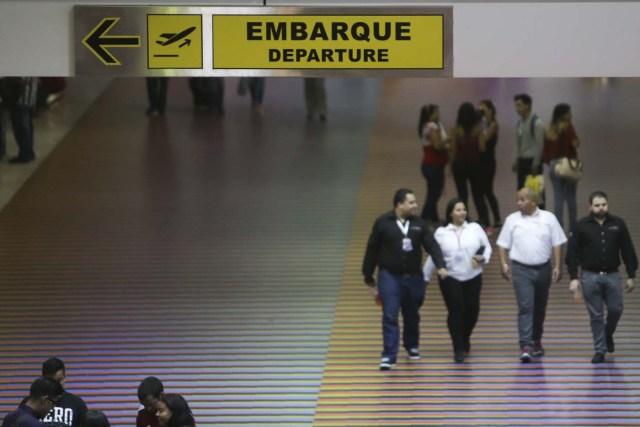 """CAR06. MAIQUETÍA (VENEZUELA), 31/05/2016.- Pasajeros caminan por el Aeropuerto Internacional Simón Bolívar hoy, martes 31 de mayo de 2016, en Maiquetía (Venezuela). La aerolínea alemana Lufthansa informó hoy que lamenta """"profundamente"""" suspender sus servicios de Caracas a Fráncfort a partir del próximo 18 de junio debido a la imposibilidad de cambiar sus ganancias a dólares estadounidenses y a la baja en la demanda de vuelos, entre otras razones. EFE/Christian Hernández"""