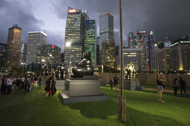 Esculturas del artista colombiano Fernando Botero expuestas en el distrito central de Hong Kong (China) hoy, 2 de junio de 2016. La exposición al aire libre, dedicada a Botero, contará con 9 de sus obras del 3 de junio al 14 de agosto de 2016. EFE/Jerome Favre