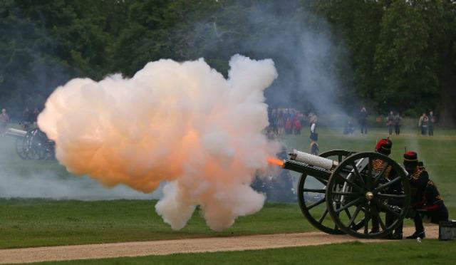 Soldados, caballos y cañones de artillería real del caballo de la tropa del rey participan en un arma de Royal Salute 41 en Hyde Park, el centro de Londres, el 2 de junio de 2016, con motivo del aniversario de la coronación de la 63ª reina británica Isabel II. DANIEL LEAL-OLIVAS / AFP