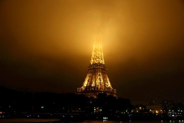 La niebla cubre la parte superior de la Torre Eiffel como el tiempo lluvioso continúa en París, Francia, 2 de junio de 2016. REUTERS / Jacky Naegelen
